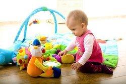 Baby, 4 Monate, beim Spielen.