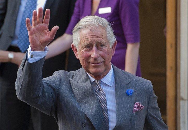 Prinz Charles winkt
