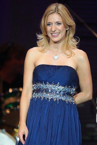 Stefanie Hertel trägtein blaues Kleid.
