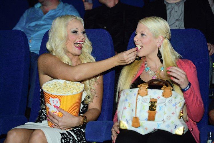 Daniela Katzenberger besucht ein Kino