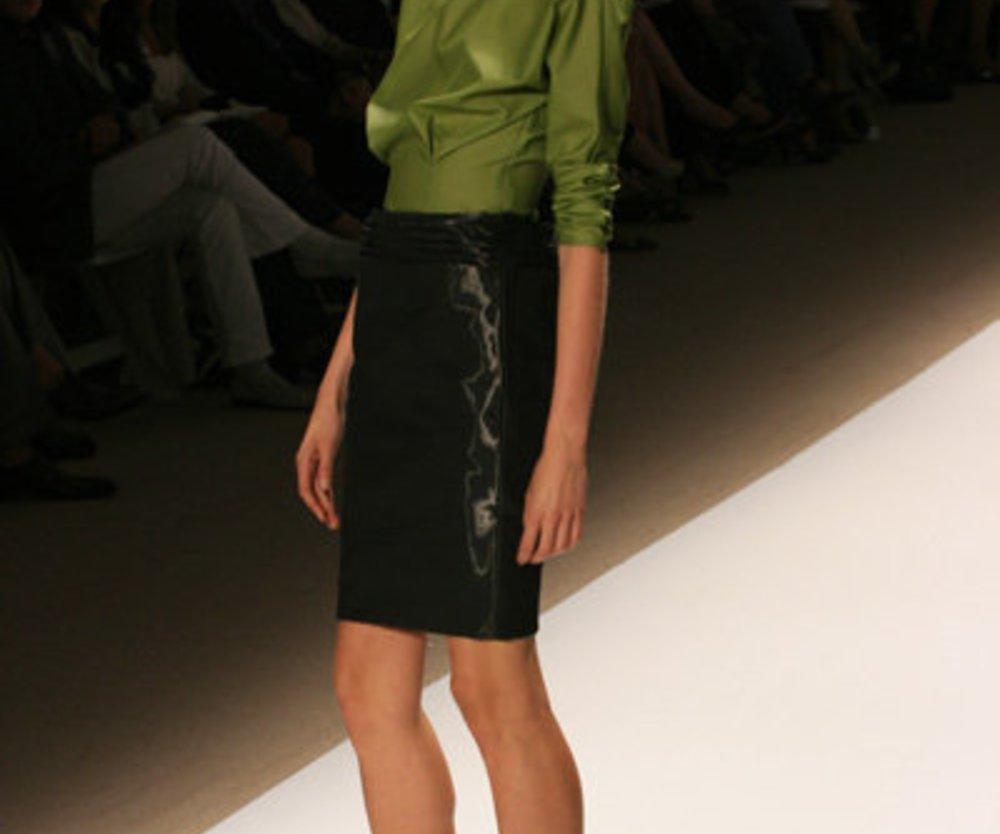 Pencilskirt mit waldgrüner Bluse von Trias auf der Fashion Week New York 2010
