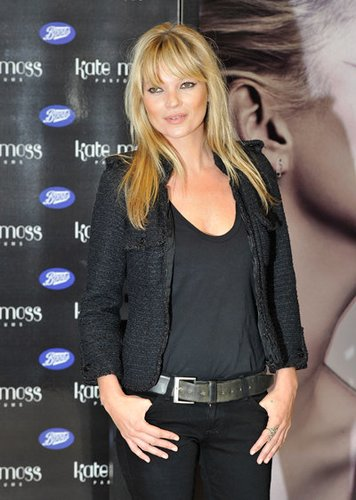 Kate Moss kombiniert einen Blazer aus Tweed zu ihrem Outfit.