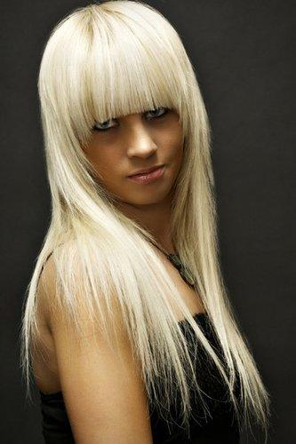 Platinblonde Haare im Sleek Look