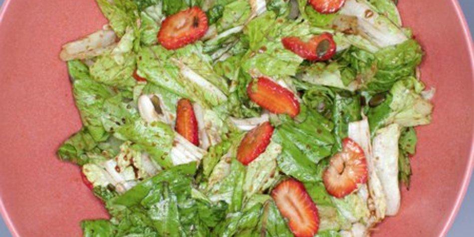 Grüner Salat mit Erdbeeren