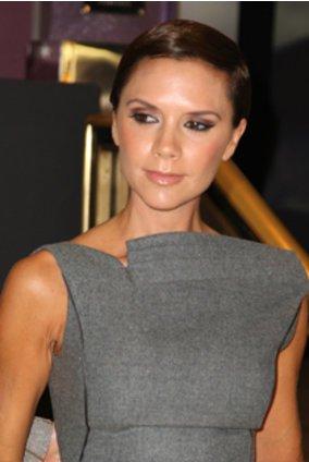 Victoria Beckham im grauen Kleid.