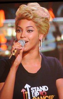 Beyonce Knowles mit blonder Kurzhaarfrisur