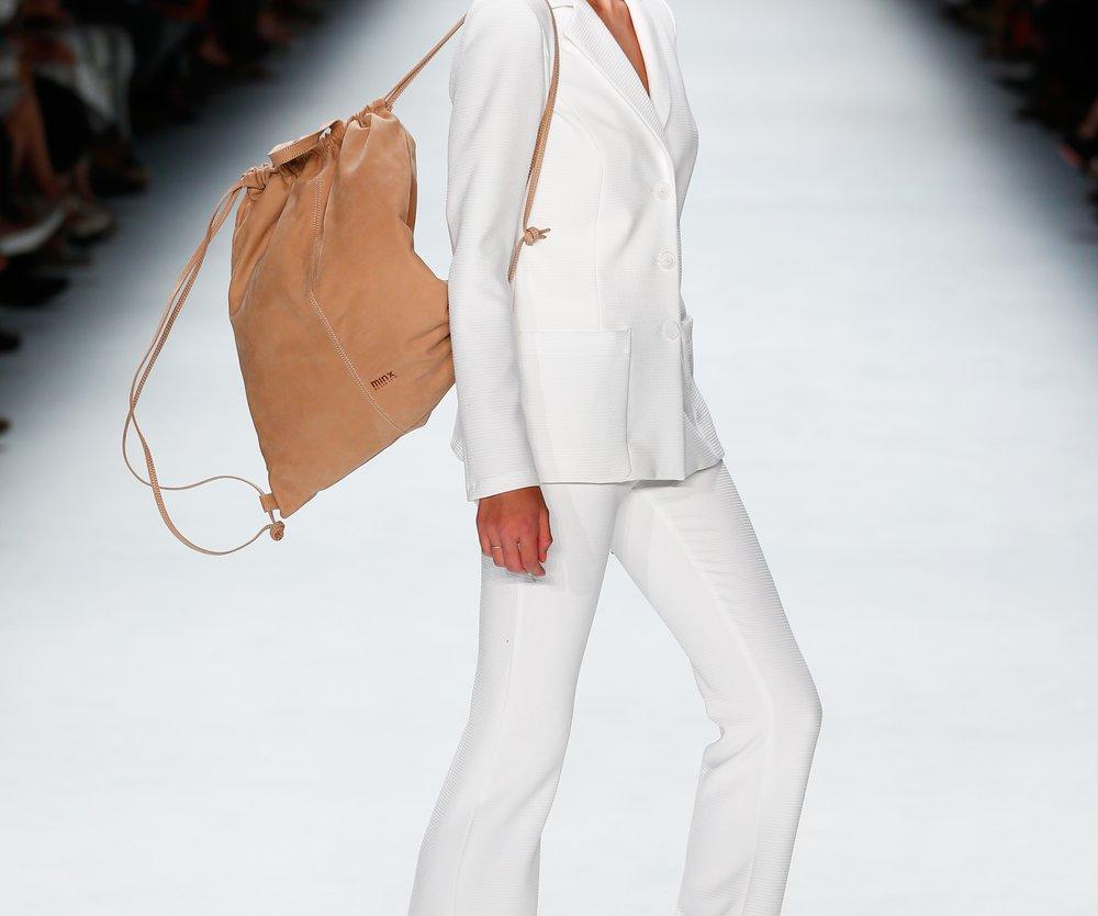 Luisa Hartema trug bei der Show von Minx by Eva Lutz einen Rucksack im Beutel-Style (GettyImages/Frazer Harrison)