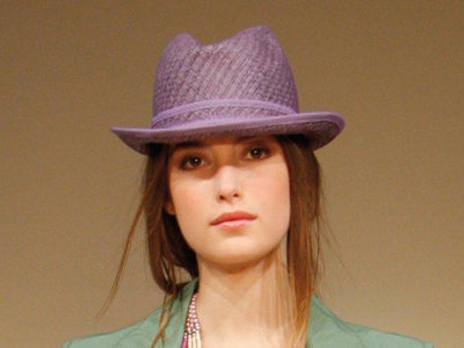 Model in violettem Strohhut von C&A.