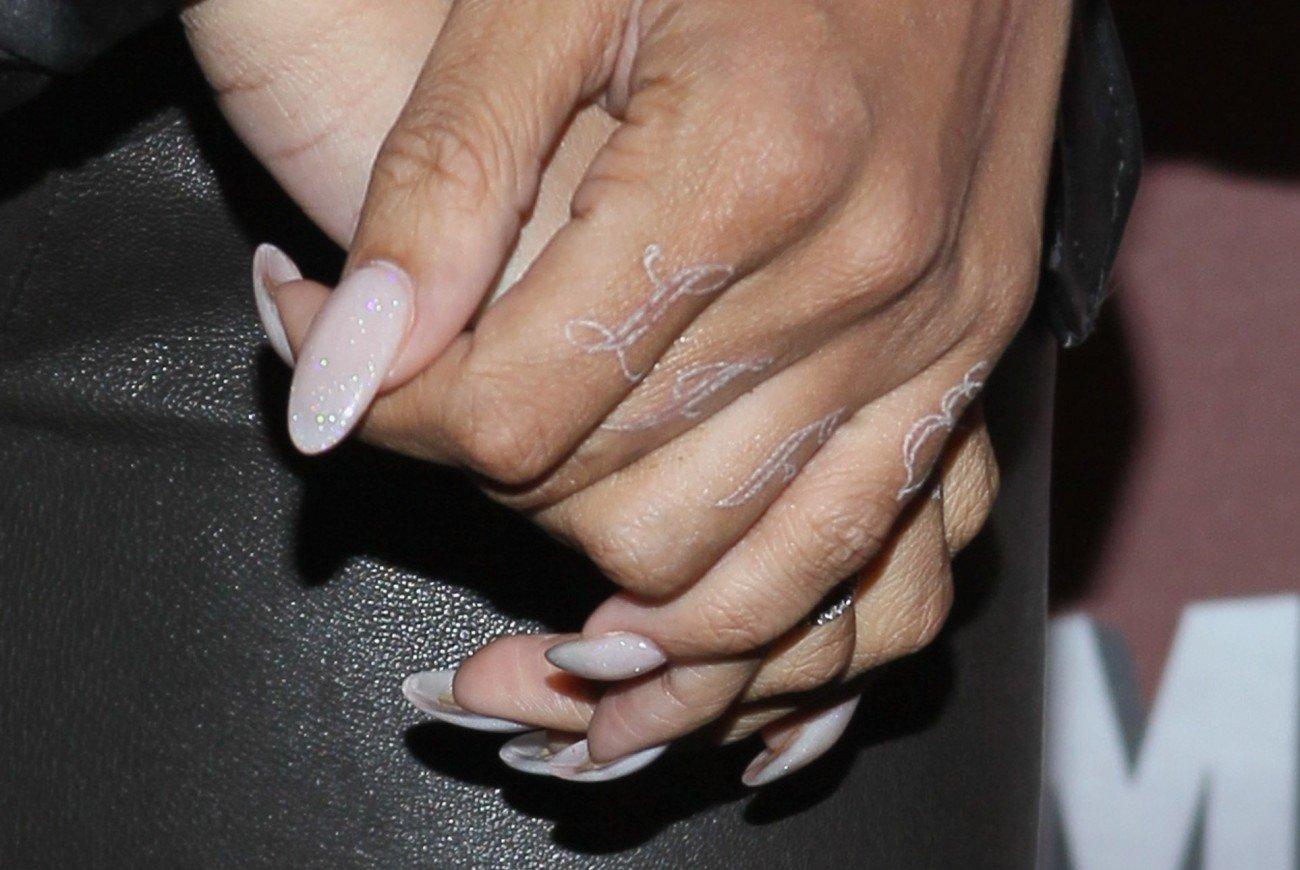 Weißes Tattoo Rihanna