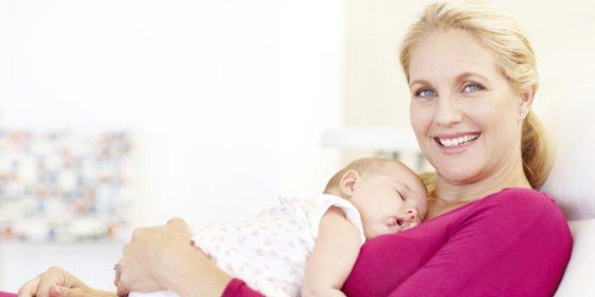 Schlafrhythmus: Mami mit schlafendem Baby.