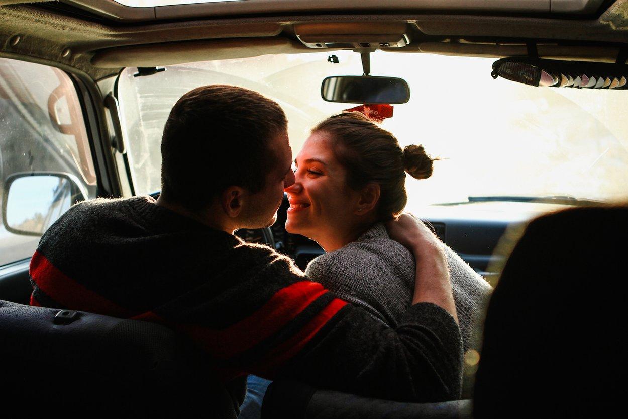 Küssen im Auto