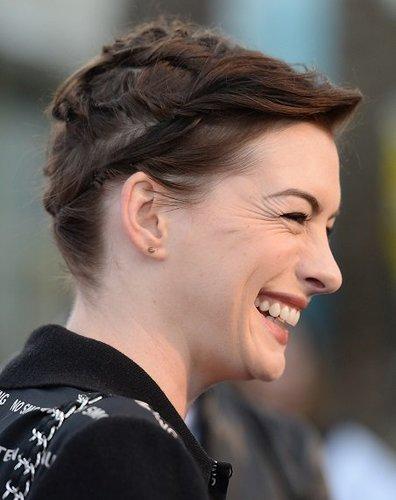 Anne Hathaway: Geflochtene Kurzhaarfrisur