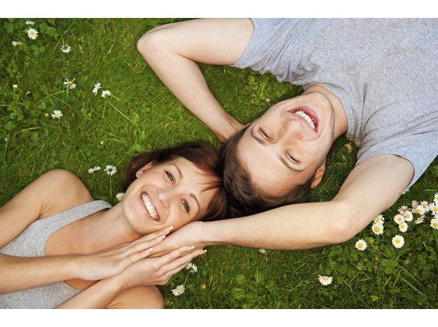 Partner finden: Glückliches Paar auf einer Wiese