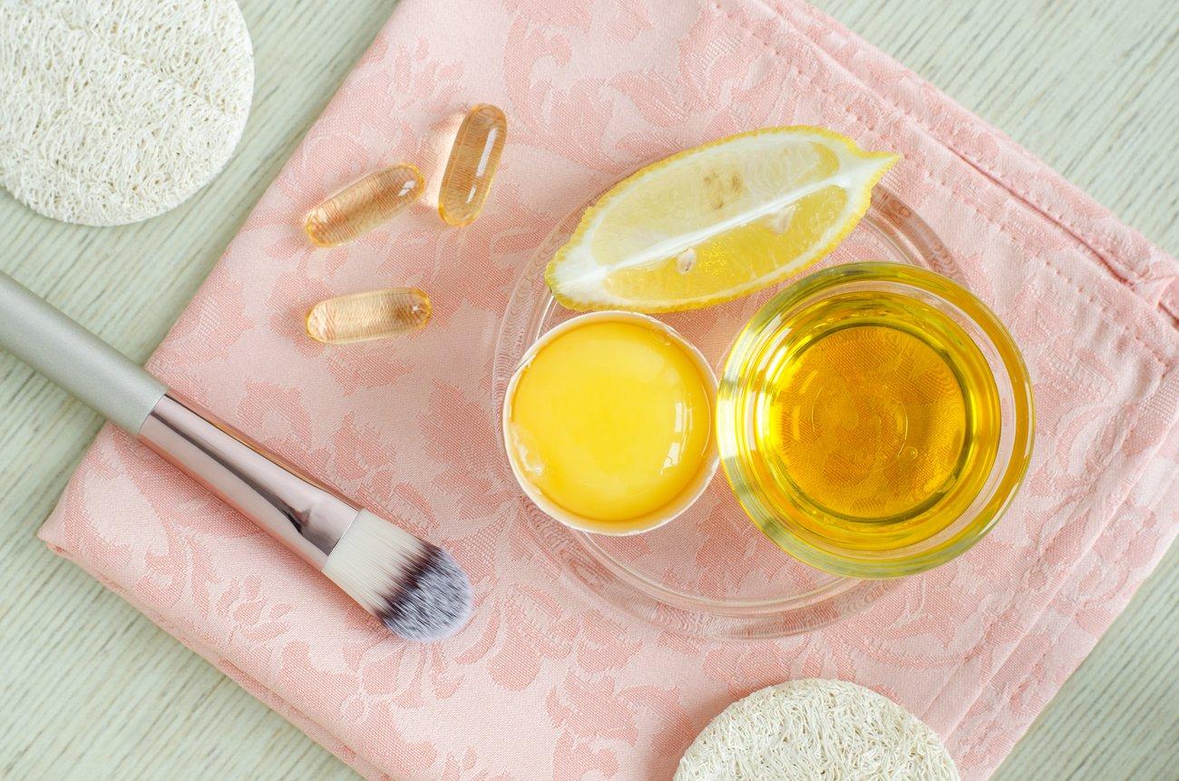 Olivenöl, Ei und Zitrone als Maske gegen fettende Haut