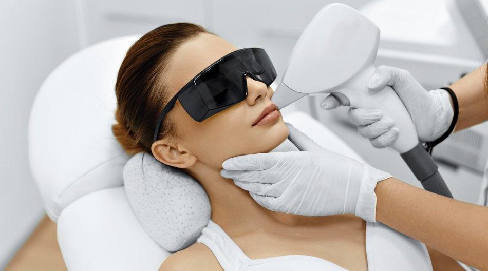 Am besten lässt sich verpfuschtes Permanent Make-up mit einem Laser entfernen.