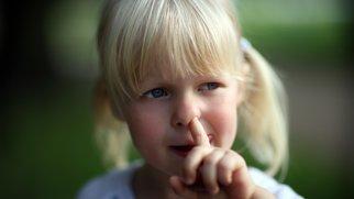 Mädchen popelt in der Nase