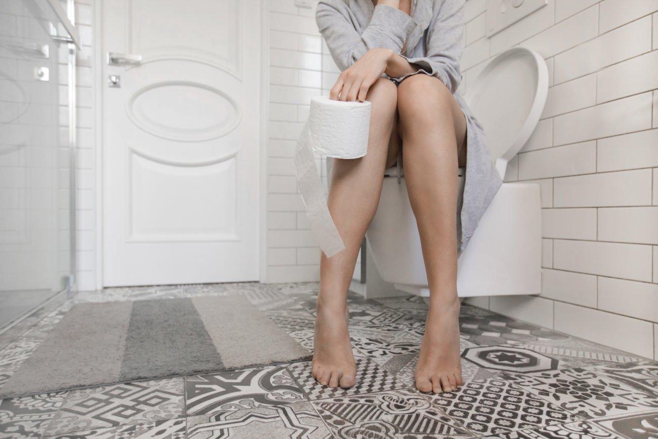 Frau auf Toilette