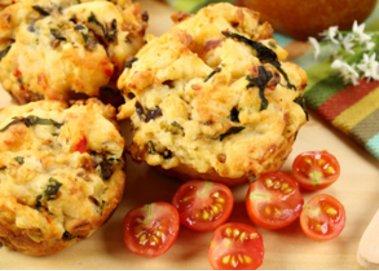 Herzhafte Muffins mit Tomaten und Rosmarin