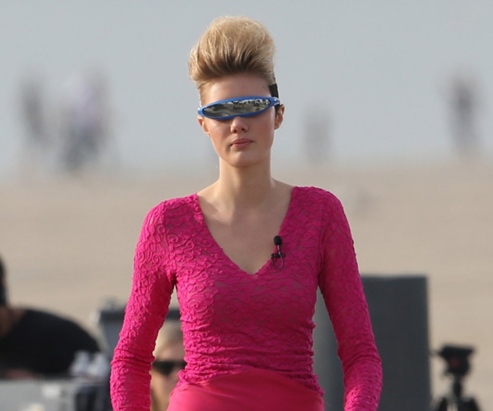 In hautengen Neon-Outfits laufen Heidis Nachwuchsmodels über den Catwalk in Venice Beach.