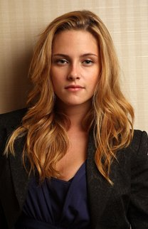 Kristen Stewart mit blondem, gewelltem Haar