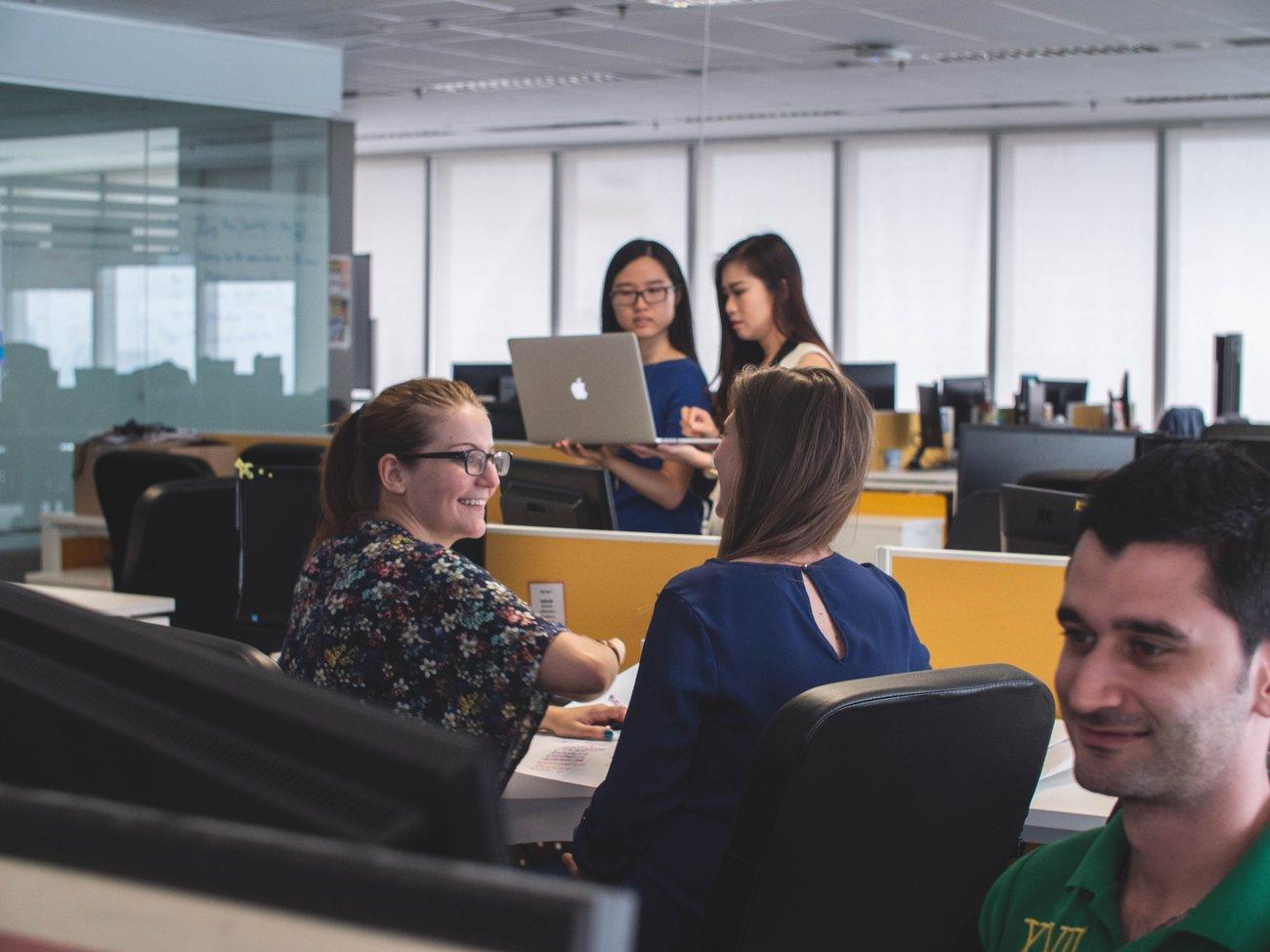 Frauen arbeiten im Büro