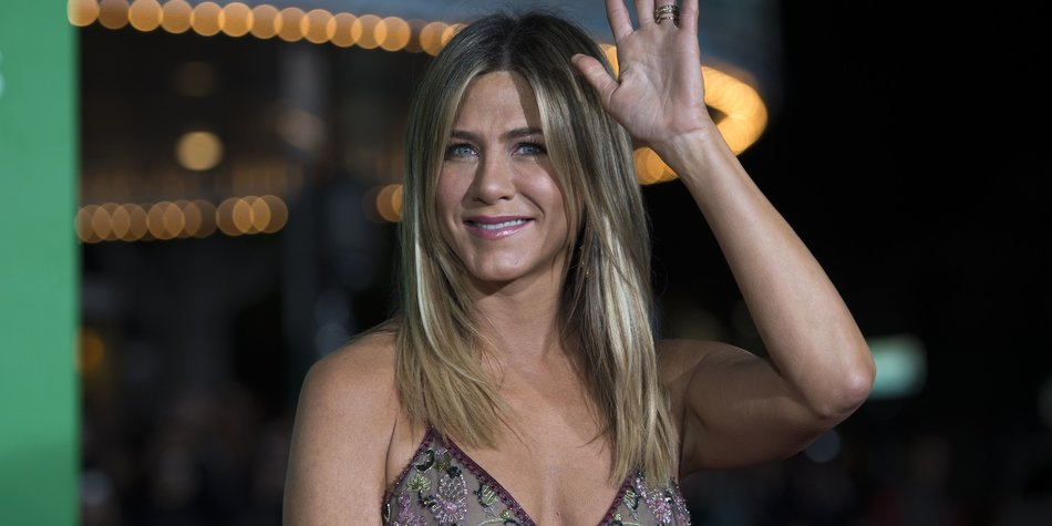 """Actress Jennifer Aniston arrives for the premiere of """"Office Christmas Party"""" at the Regency Village Theater in Los Angeles on December 7, 2016. / AFP / VALERIE MACON (Photo credit should read VALERIE MACON/AFP/Getty Images)"""