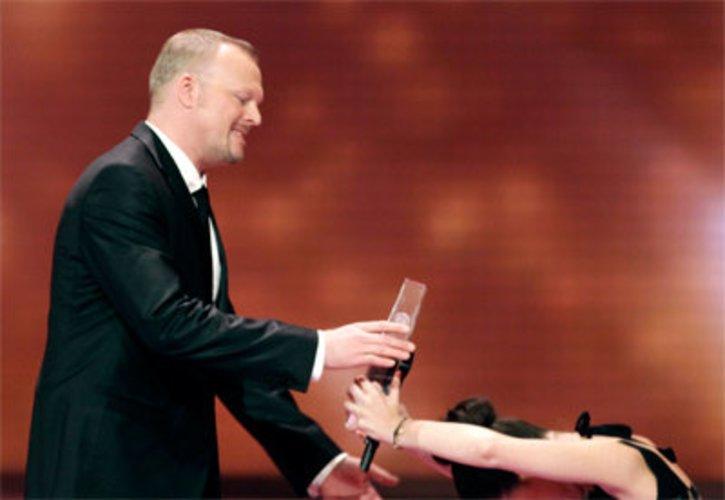 Stefan Raab bekommt von Lena den Deutschen Fernsehpreis