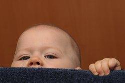 Baby, 8 Monate, fremdelt.