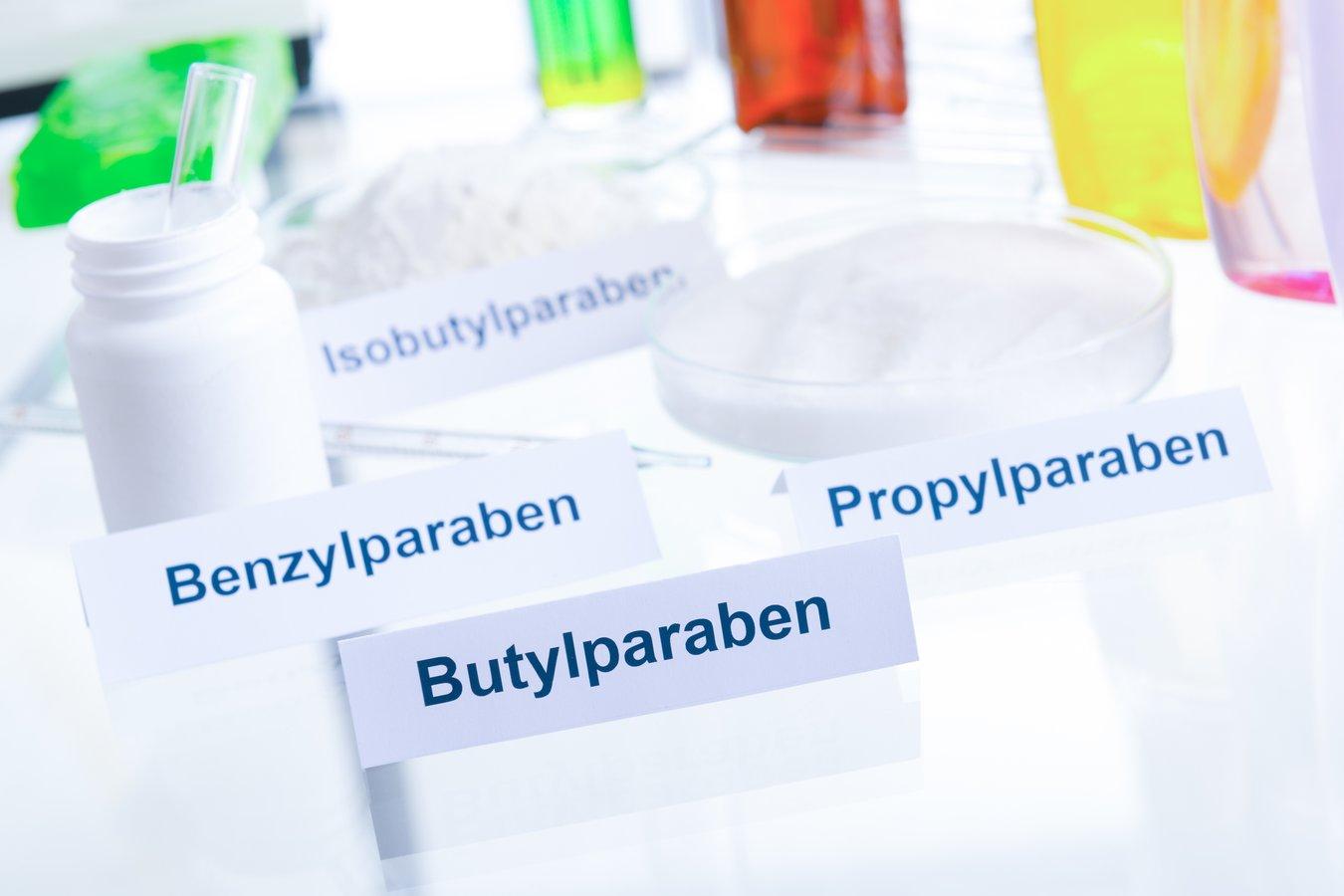 Plastik in Kosmetik wird nicht gekennzeichnet. Die Bezeichnungen müssen erst mühsam entziffert werden.