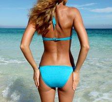 Frau in blauem Bikini