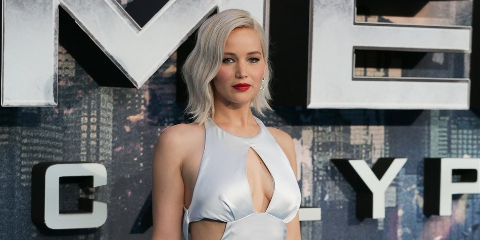 US actress Jennifer Lawrence poses on arrival for the premiere of X-Men Apocalypse in central London on May 9, 2016. / AFP / DANIEL LEAL-OLIVAS (Photo credit should read DANIEL LEAL-OLIVAS/AFP/Getty Images)
