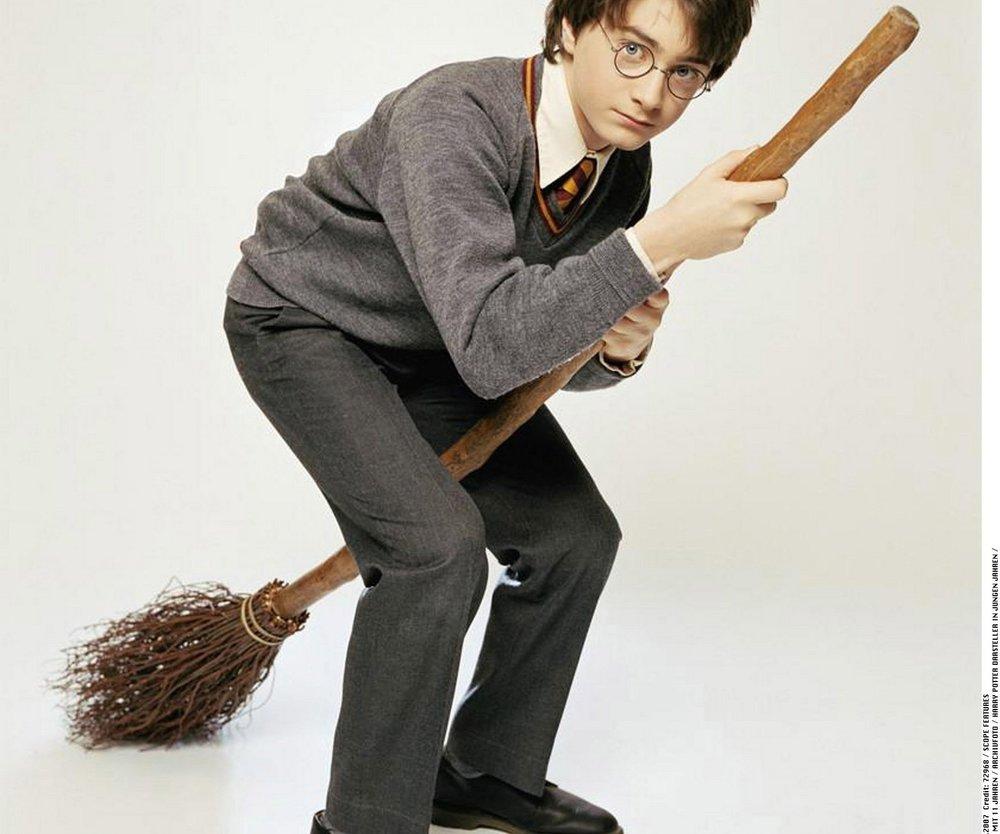 Daniel Radcliffe schwingt den Besen