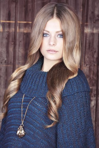 Sanft gewellte lange blonde Haare