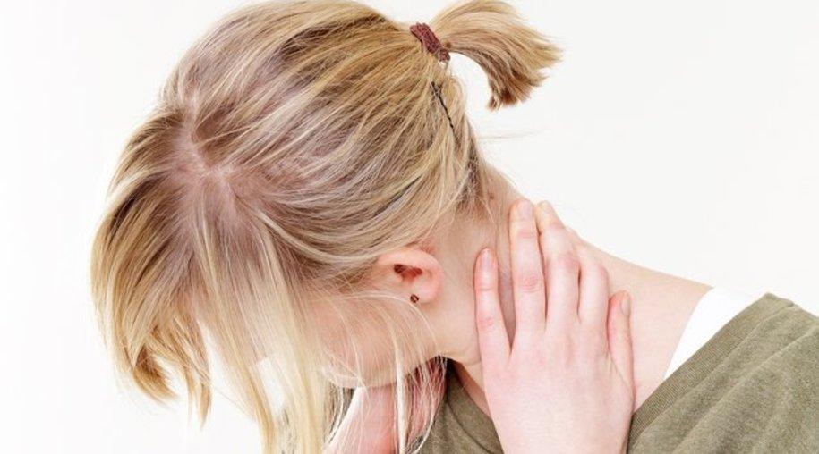 Wer ständig den Kopf über seinem Smartphone baumeln lässt, muss auf Dauer mit Nackenschmerzen rechnen.