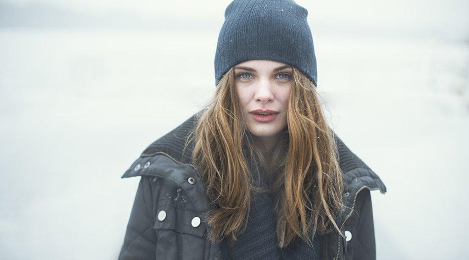 Frau draußen mit Mütze