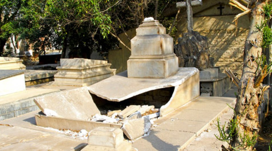 Kinder verwüsten Friedhof