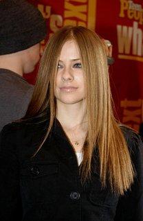 Avril Lavigne mit klassischem Sleek Look