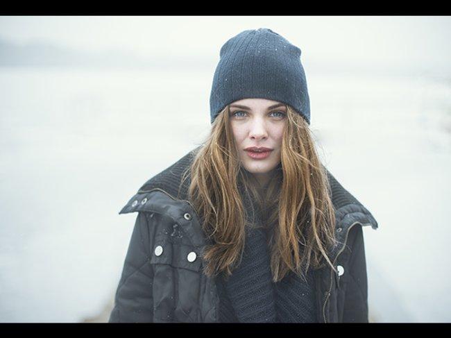 Frau im Winter draußen