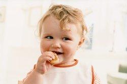 Baby, 12 Monate, am Essen