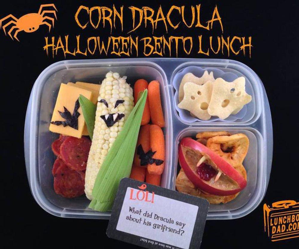 Vater macht lustige Lunchpakete zu Halloween