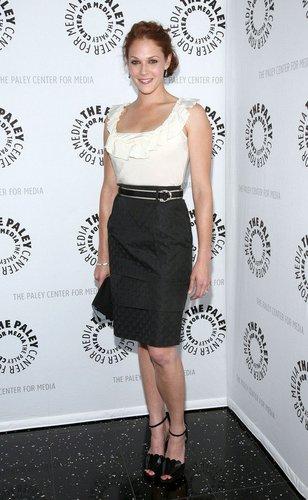 The Mentalist-Darstellerin Amanda Righetti lacht für die Fotografen.