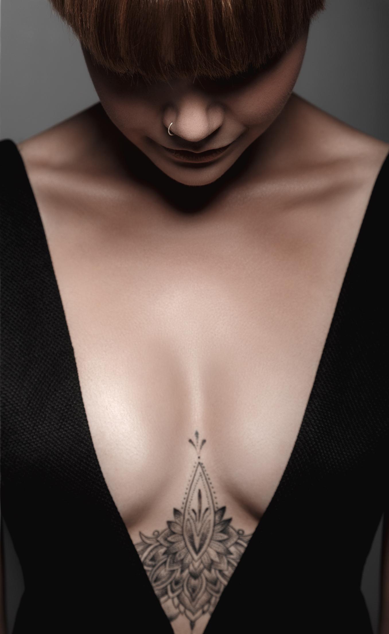 Diese Tattoos unter der Brust sind SO schön! | erdbeerlounge.de - Dekollete Tattoo Frau