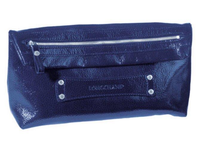 Clutch in aquamarin aus der Sommerkollektion von Longchamp. Durch den Lack glänzt nicht nur die Tasche.
