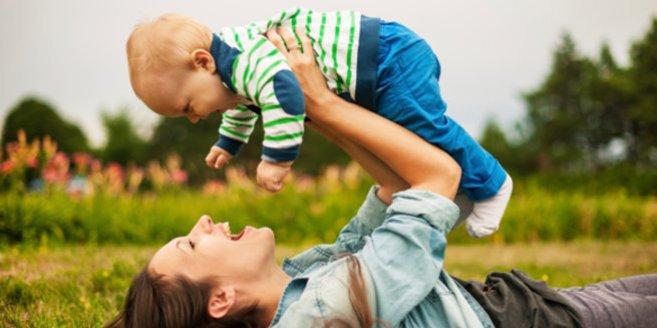 FlIegen mit Baby: Mutter mit Kind