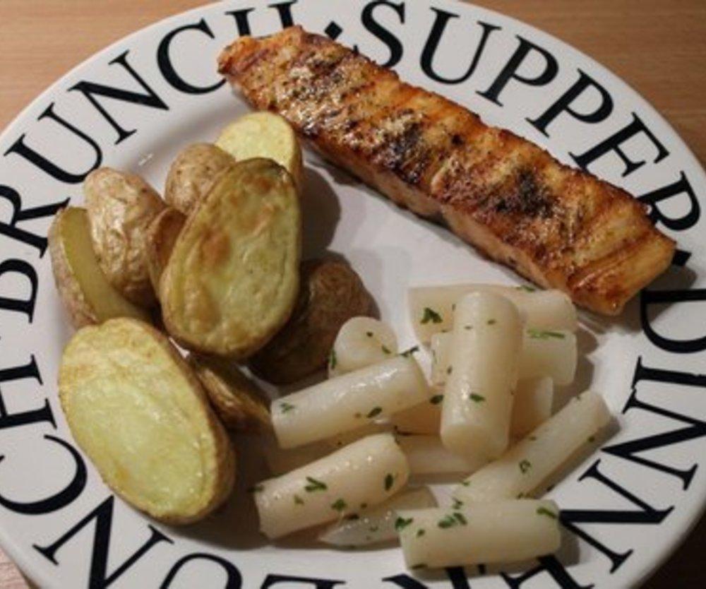 Scharfes Lachssteak mit Rosmarinkartoffeln