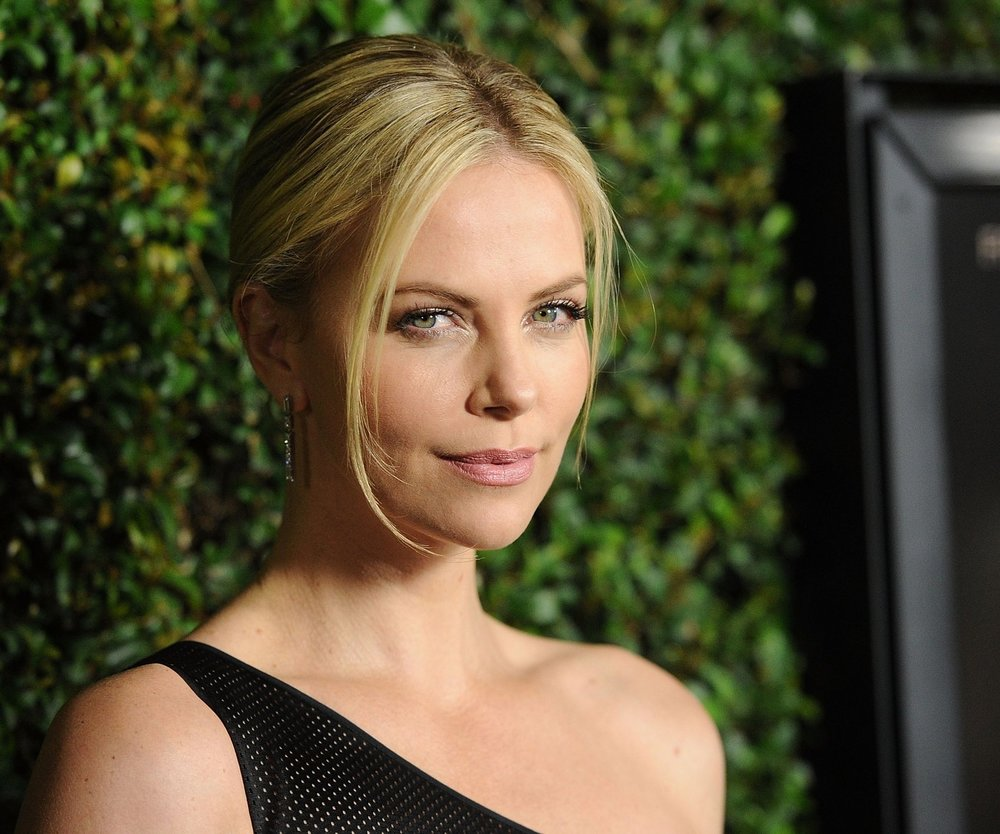 Charlize Theron wundert sich