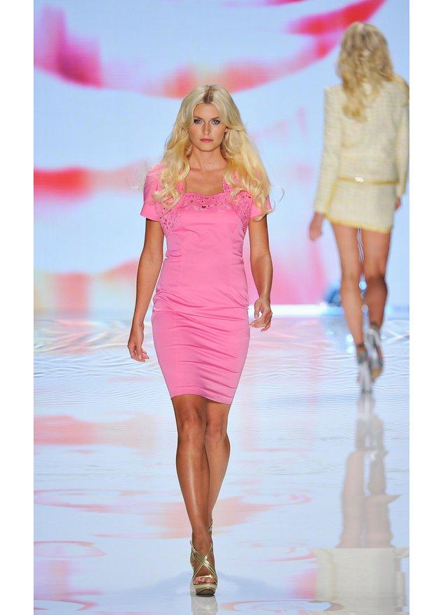 Lena Gercke in einem pinken Kleid.