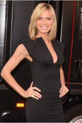 Heidi Klum bei der Premiere ihres BHs im schwarzen engen Kleid.