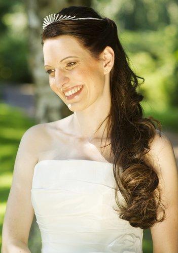 Brautfrisur mit sanften Wellen und Diadem