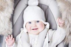 Baby in einem Kinderwagen.